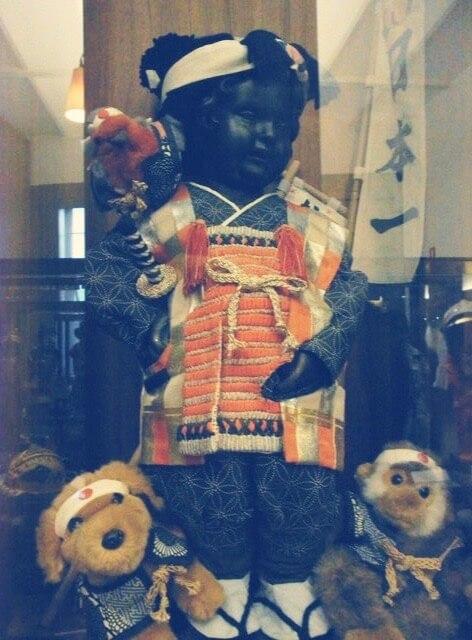 桃太郎の服を着た小便小僧