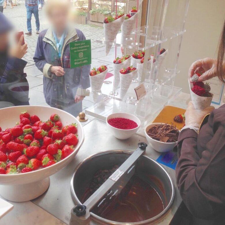 GODIVAのチョコがけいちごを作っているところ