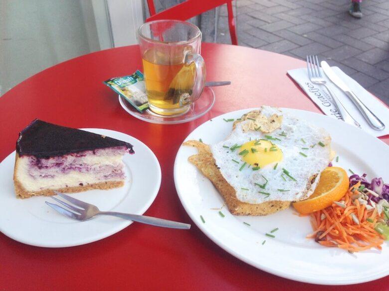 アムステルダムのおしゃれカフェで食べたケーキとサンドイッチ